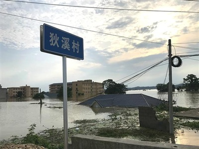 Nhiều ngôi nhà ở làng Địch Khê bị nước lũ nhấn chìm. Ảnh: The Paper