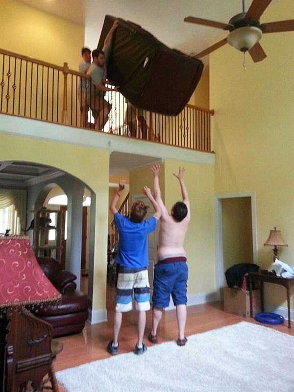 3. Chỉ vì muốn tiết kiệm quãng đường đi, các anh ấy quyết định ném cả chiếc sofa xuống thế này đây. Sao không đội mũ bảo hộ vào rồi hãy đỡ?