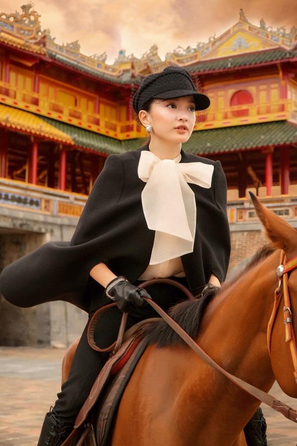 Kaity Nguyễn trong tạo hình của một cô gái quý tộc tự tin cùng thần thái sang chảnh. Dù theo lối make up nhẹ nhàng nhưng nét mặt Kaity vẫn toát lên sự sắc sảo, rạng ngời nổi bật giữa cấm thành cổ kính