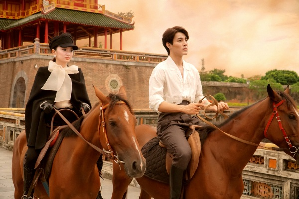 Chàng trai bên cạnh Kaity Nguyễn có gương mặt điện ảnh cùng mái tóc lãng tử và phong cách thời trang như một hoàng tử bước ra từ truyện cổ tích. Đây là bạn diễn mới của Kaity Nguyễn trong dự án điện ảnh mới này