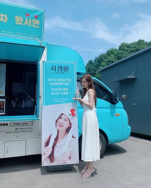 Các cô gái yêu thích phong cách tiểu thư yêu kiều có thể học tập cách mix&match của em út SNSD Seo Hyun. Cô chọn cho mình chiếc đầm trắng dây vuông đơn giản, nhưng phối thêm giày cao gót dây mảnh cùng tông trắng nên 'hack chiều cao' hiệu quả bao nhiêu, set đồ lại còn chuẩn phong cách tiểu thư.