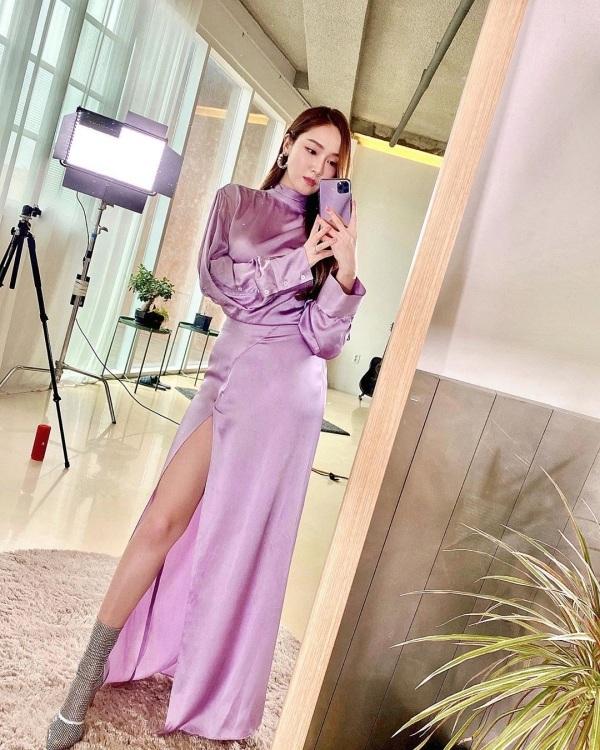 'Nhân đôi' sắc tím lilac trên set đồ, còn chọn chất liệu vải bóng 'khó chịu', nhưng tất cả đều 'êm đẹp' khi vào tay Jessica. Đường xẻ tà khoe đôi chân dài chính là điểm 'ăn tiền' trên set đồ của cựu thành viên SNSD.