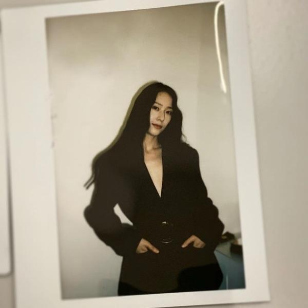 Không hẹn mà cùng gặp, Krystal cũng dùng thắt lưng để làm điểm nhấn tôn eo thon khi mặc chiếc áo vest oversized.