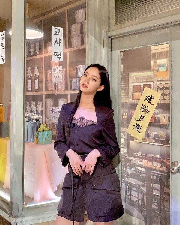 Hyeri vẫn tiếp tục chuỗi outfit khó hiểu khi xuất hiện trên truyền hình.