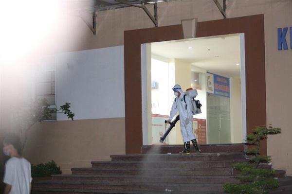 Tiến hành phun khử khuẩn tại chung cư nơi có ca nhiễm Covid-19 sinh sống