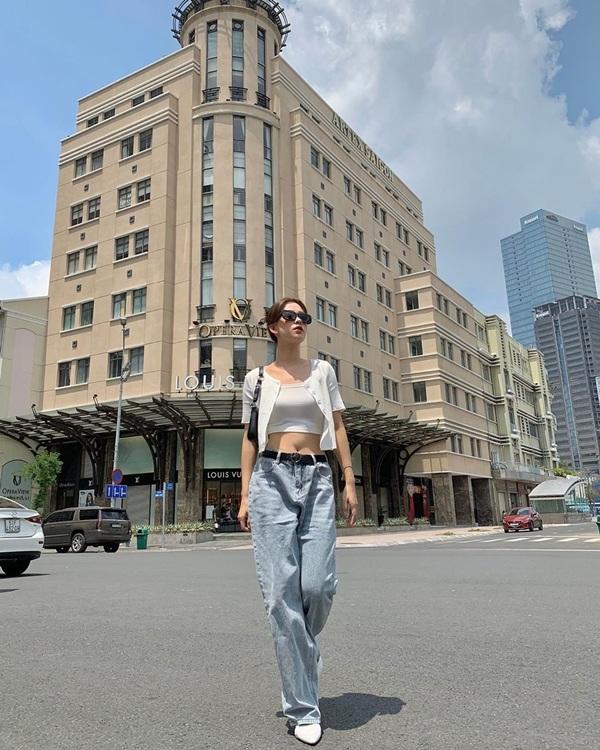 Combo quần jeans ống rộng, crop top và áo khoác lửng vừa giúp cô nàng khoe eo thon lại tạo được vẻ ngoài trẻ trung sành điệu tuyệt đối.