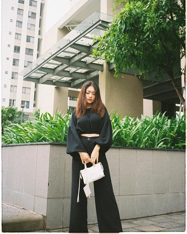 Nga Wendy diện đồ theo style all black với áo crop top và quần ống loe. Để tạo điểm nhấn nổi bật cho set đồ đen tuyền, cô nàng sử dụng chiếc túi xách tông trắng.