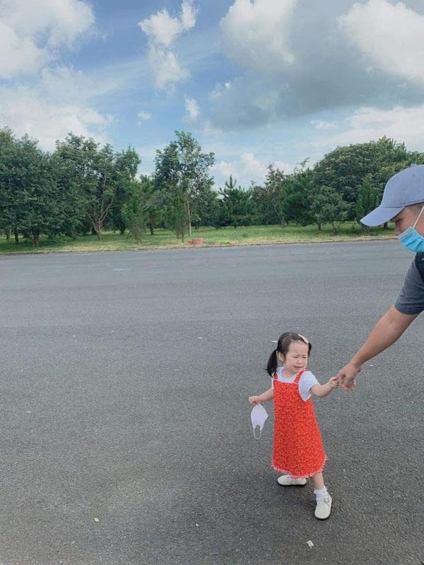 Biểu cảm hờn dỗi của bé gái đáng yêu khi đi du lịch khiến ai nấy đều bật cười.