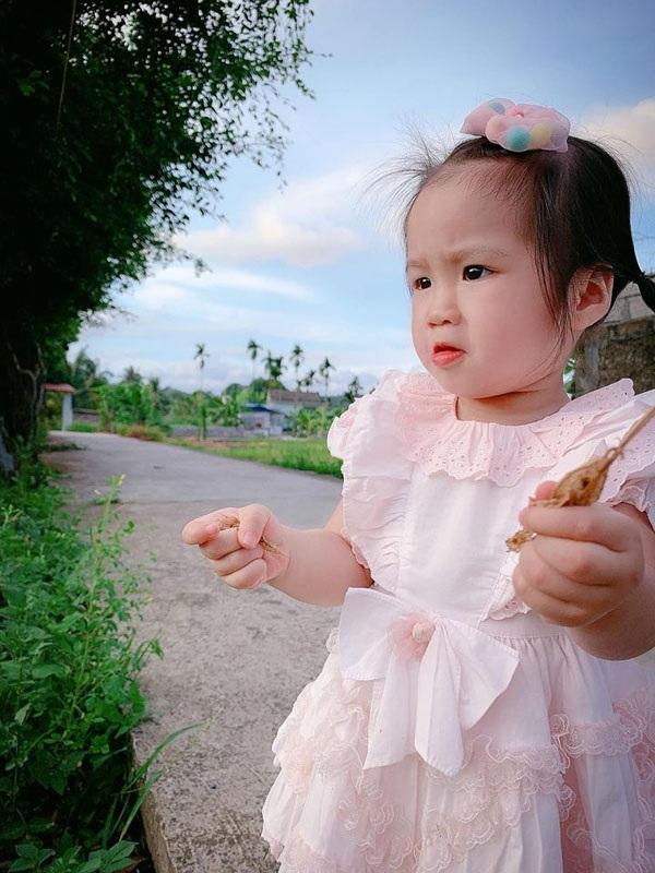 Bé Lạc đáng yêu trong những bộ trang phục cá tính được mẹ khéo léo phối hợp.