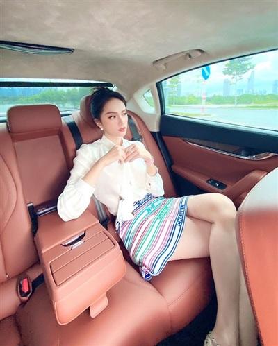 Hoa hậu Hương Giang 'cực sang chảnh' dù mặc áo sơ mi trắng cách điệu kết hợp với chân váy 'bảy sắc cầu vồng'.