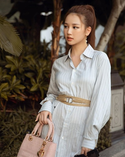 Amee đẹp nhẹ nhàng, tinh tế với chiếc áo sơmi dáng dài thêm họa tiết kẻ sọc. Nữ ca sĩ 10X mix cùng phụ kiện túi Dior cầm tay nền nã.