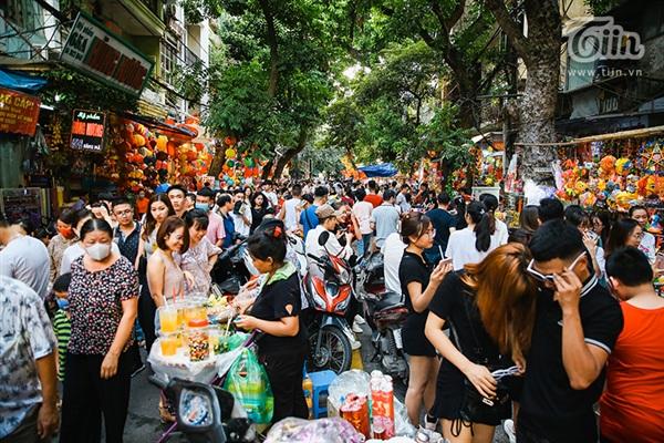 Phố Hàng Mã ngày cuối tuần, người dân Thủ đô đổ về tham quan mua sắm và chụp hình check in.
