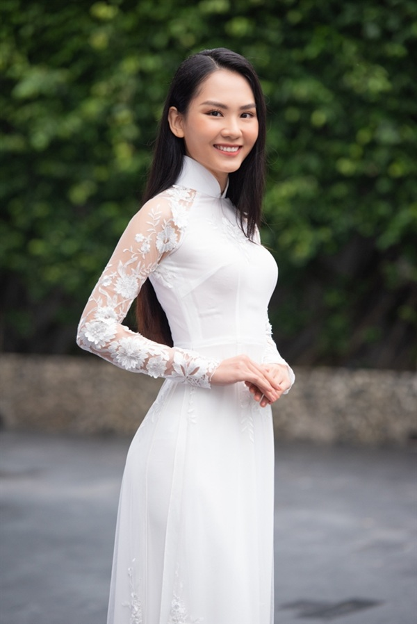 Người đẹp Huỳnh Nguyễn Mai Phươngxuất hiện trong tà áo dài trắng có hai bên tay được may bằng ren khá bắt mắt.Trước đó, cô nàng nhận được sự ủng hộ tích cực nhờ sở hữuđường nét gương mặthài hòa và sắc sảo. Cô còn được mệnh danh là 'nữ thần mặt mộc' trong cuộc thi năm nay.