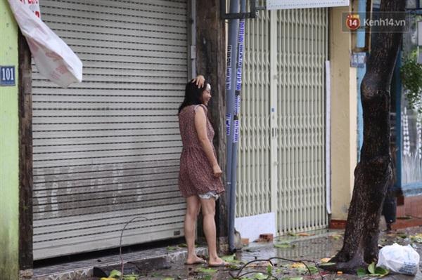 Người dân chỉ dám đứng trước cửa nhà, không dám ra đường (Ảnh: Ngọc Thắng)