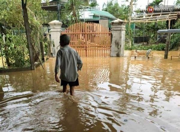 Người dân lội nước về nhà sau cơn bão (Ảnh: Văn Tiên)