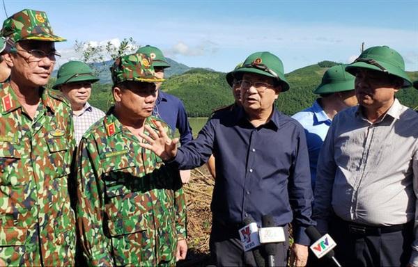 Phó thủ tướng Trịnh Đình Dũng đang trao đổi với lực lượng mở đường của quân khu 5. Ảnh: HIẾU SANG/PLO