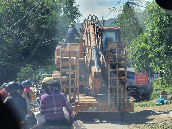 Xe múc của quân đội được huy động từ TP Tam Kỳ đang được vận chuyển lên Nam Trà My để vào khu vực sạt lở (Ảnh: Đình Thức)