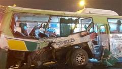 Xe tải đâm ngang hông xe buýt ở Long An, 20 người bị thương
