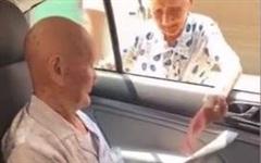 Xúc động khoảnh khắc cụ bà 96 tuổi dúi tiền tiêu vặt vào tay anh trai 101 tuổi: 'Anh mua gì ngon ngon mà ăn!'