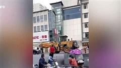 Người đàn ông lái máy đào đất phá xe cảnh sát ở Trung Quốc