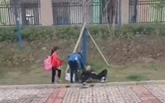 Tới trường đón con gái tan học, ông bố 'nhỡ' say giấc nồng ngoài bãi cỏ, cô giáo gọi kiểu gì cũng không tỉnh