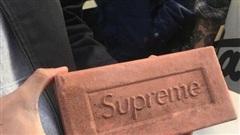 'Khan hiếm chiến lược': Cách Supreme khiến khách hàng tranh nhau mua túi nhựa, gạch, quần áo với giá trên trời so với thực tế