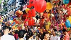 Hàng Mã kín người, nhiều cửa hàng bị 'xử' vì thu tiền khách chụp ảnh