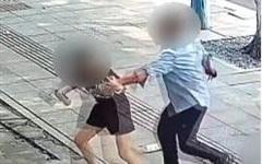 Đang đi trên đường, 2 người phụ nữ bất ngờ bị kẻ lạ mặt vác dao truy đuổi