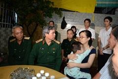 Thượng tướng Đỗ Căn thăm, động viên gia đình quân nhân hy sinh khi làm nhiệm vụ cứu hộ Rào Trăng 3