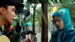 Cô gái Huế mặc áo mưa, ngồi đàn hát giữa trời mưa lũ khiến dân mạng rần rần xin 'info'