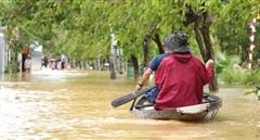 Người dân dùng ghe, thuyền đi lại giữa TP Huế