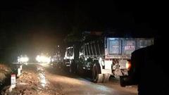 Quảng Trị: Đội mưa, căng mình trong đêm khắc phục sạt lở, tìm kiếm nạn nhân mất tích