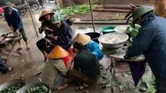 Người dân xứ Nghệ gói bánh chưng tiếp tế bà con vùng lũ lụt