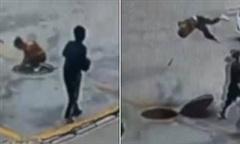 Nghịch dại ném pháo xuống nắp cống, cậu bé bị văng xa 3 m