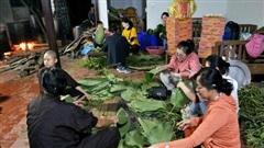 Người Hà Nội tập trung tại chùa nấu bánh chưng gửi đến đồng bào miền Trung: 'Bánh chưng dinh dưỡng gấp nhiều lần lương thực khác, bảo quản được lâu hơn'