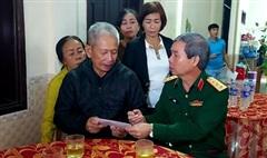 Thượng tướng Đỗ Căn thăm, động viên gia đình thân nhân các cán bộ, chiến sĩ hy sinh tại Đoàn KT-QP 337