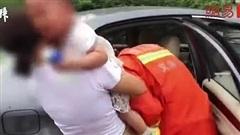 Video: Con mắc kẹt trong ô tô tới kiệt sức, cha mẹ vẫn từ chối lời đề nghị này của cảnh sát