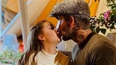 Beckham lại gây tranh cãi khi hôn môi con gái Harper Seven