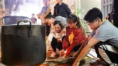Người dân Hà Nội thức xuyên đêm nấu gần 9.000 bánh chưng hỗ trợ đồng bào miền Trung