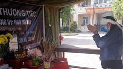 Vợ liệt sỹ lập bàn thờ chịu tang chồng trong khu cách ly