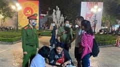 Hà Nội xử phạt người không đeo khẩu trang tại phố đi bộ Hồ Gươm