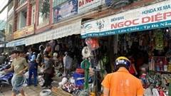 Ảnh: Người dân Đà Nẵng tranh thủ 'đi chợ' mua đồ chống chèn nhà cửa trước cơn bão số 9