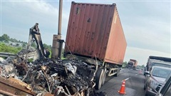 Hai xe container 'đấu đầu', bốc cháy dữ dội trên cao tốc TP.HCM - Trung Lương