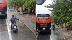 Ấm lòng chuyện người dân Huế gõ cửa từng xe trú bão để phát cơm miễn phí bất chấp mưa gió