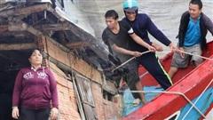 Bão đi qua, nhà sập hết nhưng người dân ven biển Quảng Ngãi vẫn chung tay giúp đỡ nhau, phụ vớt thuyền bị chìm lên bờ