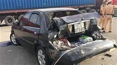 Xe container tông hàng loạt phương tiện đang dừng đèn đỏ, nhiều người la hét kêu cứu