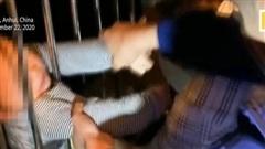 Thót tim màn giải cứu bé hai tuổi rơi từ tầng thứ 13 chung cư