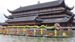 Thưởng thức màn biểu diễn bơi thuyền múa lân sư rồng trên hồ Tam Chúc