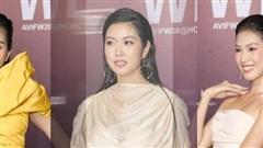 Thuý Vân mặc lùm xùm giấu bụng mỡ, 2 Á hậu Việt Nam 2020 khác lạ trên thảm đỏ