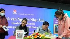Nhà văn Nguyễn Nhật Ánh kí tặng độc giả Hà Nội nhân kỉ niệm 25 năm Kính vạn hoa